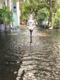 Schöne Berieselungsanlagenaktion in einem Teich stockfoto