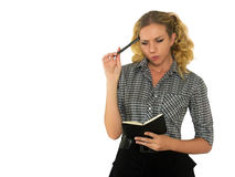 Schöne, besorgte Frau mit schwarzem Notizbuch und Stift in der Hand Lizenzfreie Stockfotografie