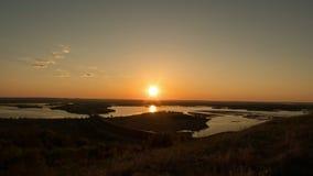 Schöne Betrachtung vom hohen Hügel bei Sommersonnenuntergang stock video