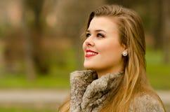 Schöne bezaubernde Dame, die den Spaß im Freien am düsteren Herbsttag hat Lizenzfreie Stockfotos
