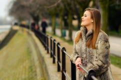 Schöne bezaubernde Dame, die den Spaß im Freien hat Lizenzfreie Stockfotografie