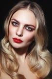 Schöne bezaubernde Frau mit rotem Lippenstift und blonder Kanaille lizenzfreies stockbild
