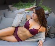 Schöne bezaubernde sexy Frau in der Wäsche lizenzfreie stockbilder
