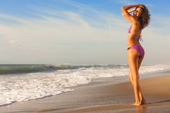 Schöne Bikini-Frau am Strand lizenzfreies stockfoto