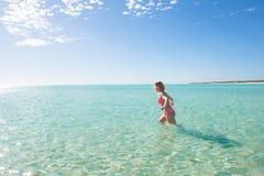 Schöne Bikinifrau, die tropischen Ozean schwimmt Stockbild