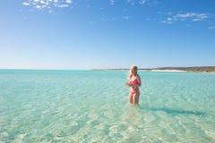 Schöne Bikinifrau, die tropisches Meer schwimmt Lizenzfreie Stockfotografie