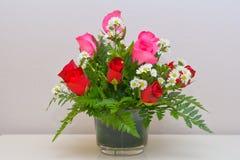 Schöne blühende Rosen im Vase Lizenzfreie Stockfotos