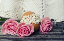 Schöne blühende Tulpenblume und bunte Eier Ostern Blumenauslegung? Hintergrund, Hintergrund, Auslegung der Abbildung Feld des grü Stockbild
