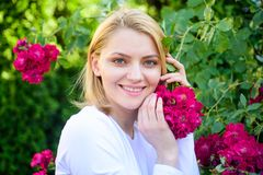 Schöne Blüte Frauenatemzug blüht Duft Zarter Geruch und Naturschönheit Mädchen und Blumen auf Naturhintergrund lizenzfreies stockbild