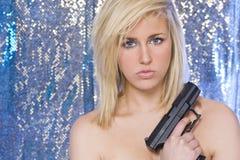 Schöne blanke blonde Frau mit Handgewehr Stockbilder