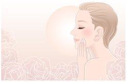 Schöne blanke Frau, die ihr Gesicht in den Rosen berührt Stockbilder