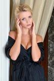 Schöne blanke Frau im Luxuxinnenraum. Stockfoto