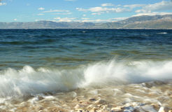 Schöne blaue dalmatinische Küste mit Meereswellen Stockfoto