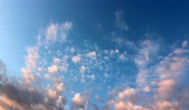Schöne blaue Himmel mit geschwollenen rosa Wolken begrüßen morgens Lizenzfreie Stockfotos