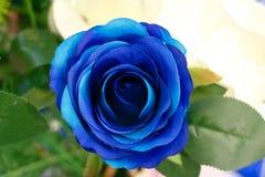 Schöne blaue künstliche Rosen der Nahaufnahme auf unscharfem Hintergrund Stockbild