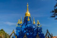 Schöne blaue Pagode an Wat Rong Suea Ten Temple, alias am blauen Tempel Wat Rong Suea Ten oder Tiger Temple ist finden Lizenzfreie Stockfotografie