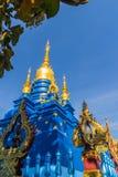 Schöne blaue Pagode an Wat Rong Suea Ten Temple, alias am blauen Tempel Wat Rong Suea Ten oder Tiger Temple ist finden Stockfotos