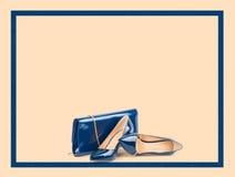 Schöne blaue Schuhe mit Kupplungen auf Hintergrund Lizenzfreies Stockbild