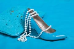 Schöne blaue Schuhe und Handtasche, Perlen Stockfoto