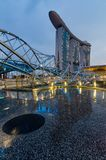 Schöne blaue Stunde mit Marina Bay Sands Hotel und Schneckenbrücke Stockbild