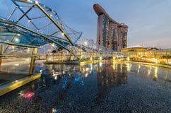 Schöne blaue Stunde mit Marina Bay Sands Hotel und Schneckenbrücke Lizenzfreies Stockfoto