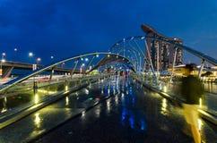 Schöne blaue Stunde mit Marina Bay Sands Hotel und Schneckenbrücke Lizenzfreies Stockbild