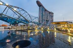 Schöne blaue Stunde mit Marina Bay Sands Hotel und Schneckenbrücke Stockfotografie
