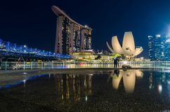 Schöne blaue Stunde mit Singapur Art Science Museum, Marina Bay Sands Hotel und Schneckenbrücke Lizenzfreies Stockfoto