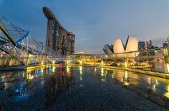 Schöne blaue Stunde mit Singapur Art Science Museum, Marina Bay Sands Hotel und Schneckenbrücke Stockfoto