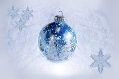 Schöne blaue Winterverzierung auf dem Schnee Stockbild