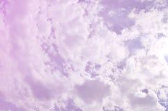 Schöne blauer Himmel-Hintergrund-Schablone mit etwas Raum für die Input-Textnachricht unten lokalisiert auf Blau lizenzfreie stockfotos