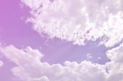 Schöne blauer Himmel-Hintergrund-Schablone mit etwas Raum für die Input-Textnachricht unten lokalisiert auf Blau lizenzfreie stockfotografie