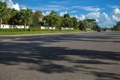 Schöne blauer Himmel- und Straßenhintergründe Stockfotos