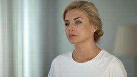 Schöne blond-haarige nachdenkliche Dame, die an das Leben, Krise und Probleme denkt lizenzfreies stockbild