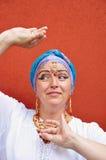 Schöne blonde ältere Frau mit indischen jewleries Stockfoto