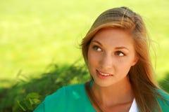 Schöne blonde Außenseite Lizenzfreie Stockfotos