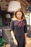 Schöne blonde Aufstellung auf der Terrasse Sie trägt ein schwarzes Kleid Art und Weisefotographie Lizenzfreie Stockfotografie