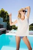 Schöne blonde Aufstellung für die Kamera Lizenzfreie Stockfotos