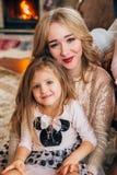 Schöne blonde Aufstellung für die Kamera mit einem Kind Stockfoto