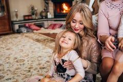 Schöne blonde Aufstellung für die Kamera mit einem Kind Lizenzfreie Stockfotografie