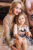 Schöne blonde Aufstellung für die Kamera mit einem Kind Stockfotos