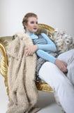 Schöne blonde Aufstellung im Studio Lizenzfreies Stockfoto