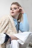 Schöne blonde Aufstellung im Studio Lizenzfreies Stockbild