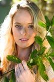 Schöne blonde Aufstellung mit Niederlassung Stockfotografie