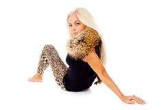 Schöne blonde Aufstellung mit Pelz Stockfotografie