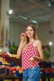 Schöne blonde Aufstellung mit Pfirsichen am Markt Stockbild