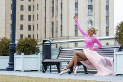 Schöne blonde Ballerinaaufstellung Stockbild