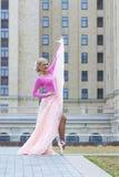 Schöne blonde Ballerinaaufstellung Stockfoto