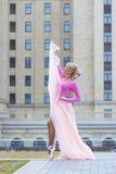 Schöne blonde Ballerinaaufstellung Lizenzfreie Stockbilder