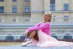 Schöne blonde Ballerinaaufstellung Lizenzfreie Stockfotos